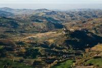 Veduta aerrea della collina in autunno a Canevino