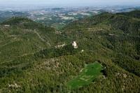 veduta aerea del castello di Oramala nel comune di Val di Nizza