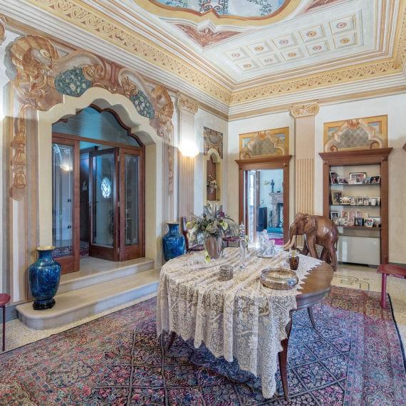 villa d'epoca, sala con soffitti decorati