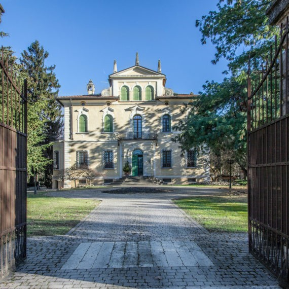 villa d'epoca, ingresso nel parco e facciata