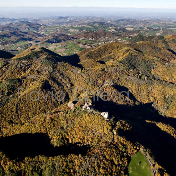 veduta-aerea-del-castello-di-Oramala-in-Oltrepo-Pavese