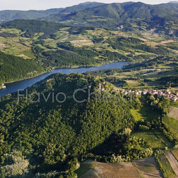 ripresa-aerea-di-ruino-con-vista-sulla-diga-del-molato-lago-di-trebecco