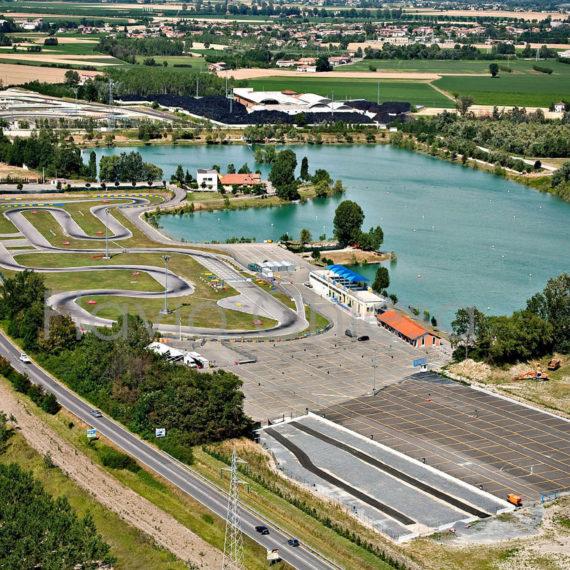 Veduta-aerea-area-di-Castelletto-di-Branduzzo-Go-kart-supermotard-drift-moto-da-strada-moto-acqua
