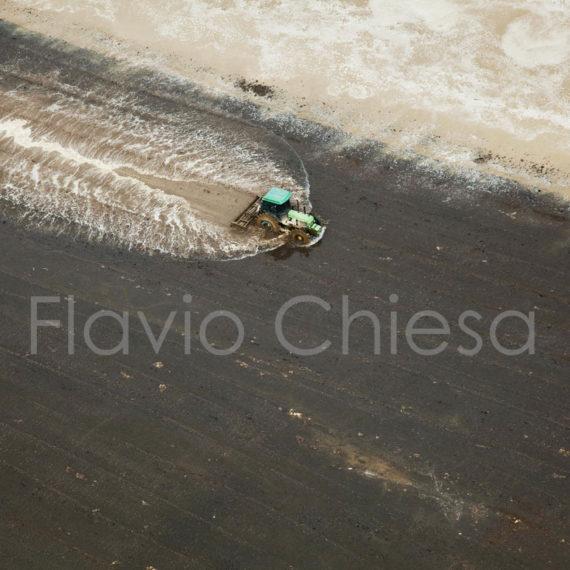 trattore-al-lavoro-in-campo-di-riso