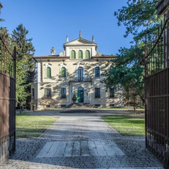 fotografo-per-immobili-di-pregio-villa-ingresso-parco-facciata