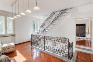 scala in ferro battuto in villa prestigiosa in Oltrepo Pavese