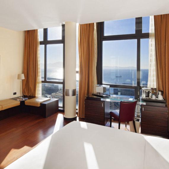 camera-da-letto-con-vista-sul-golfo-di-Napoli