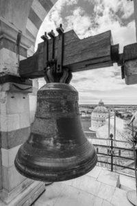 Campana posizionata in cima alla torre di Pisa