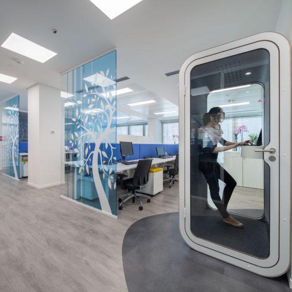 uffici-ristrutturati-spazio-destinato-alle-telefonate-progetto-architetti-unispace