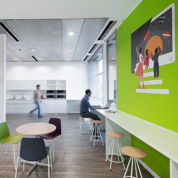 uffici-ristrutturati-su-progetto-architetti-unispace-Milano-spazi-comuni-cucina