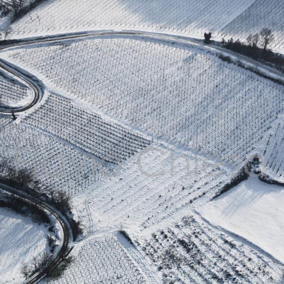strada-di-collina-circondata-dalla-neve