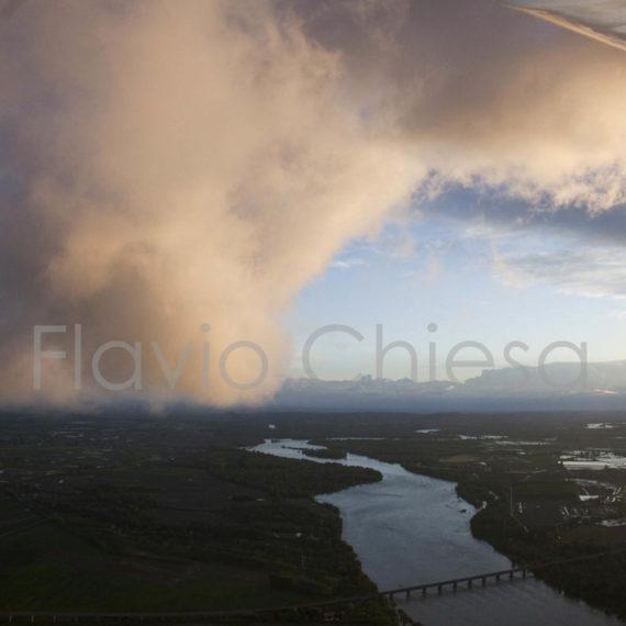 Veduta-aerea-della-pianura-con-fiume-Po-primavera-tra-le-nuvole