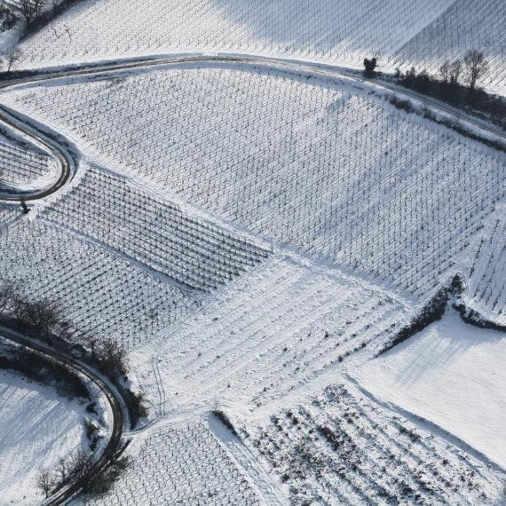Veduta aerea del paesaggio collinare con la neve