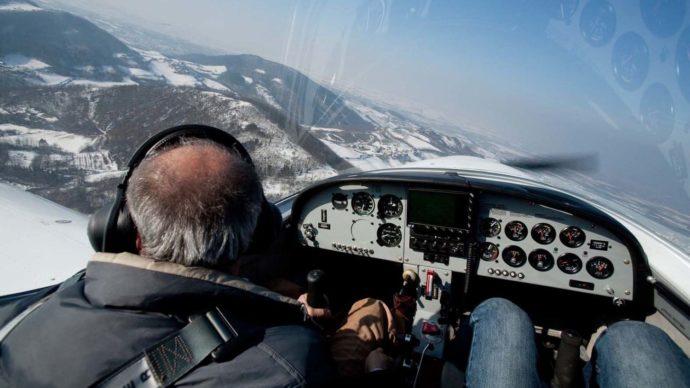 vista-interna-aereo-ultraleggero-durante-il-volo